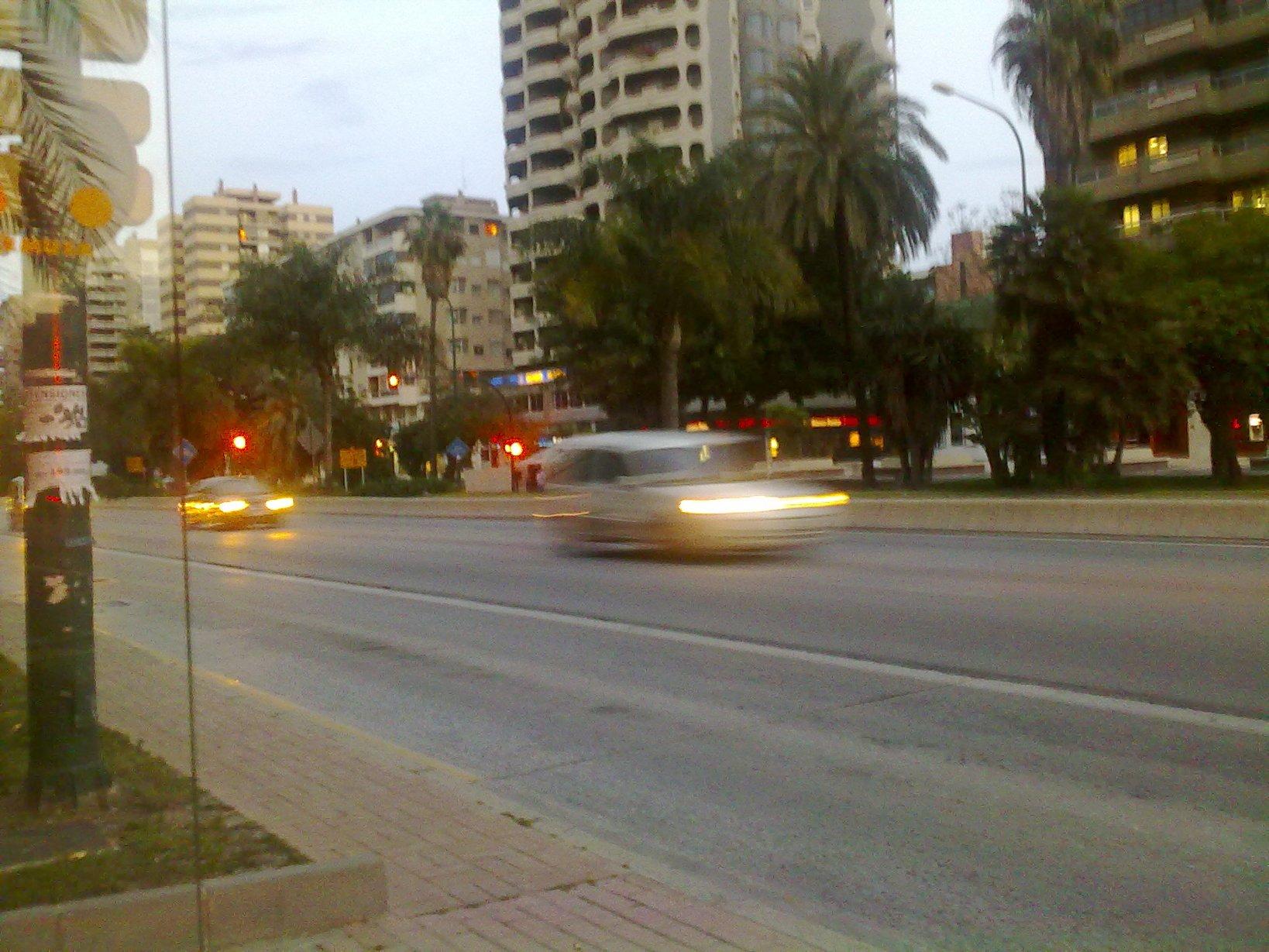 A todo gas, en la parada del bus